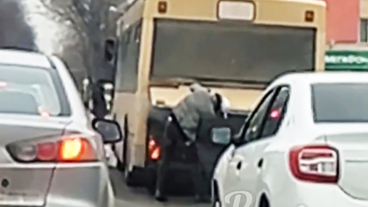 В Ростове на площади Ленина загорелся автобус с пассажирами
