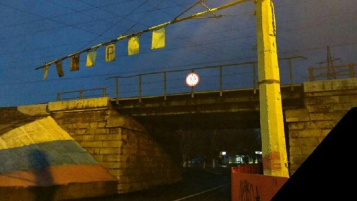 В Волгограде дальнобойщиков обрекли на торчание под мостом