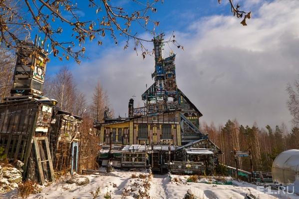 Необычный дом стоит на горе и его видно издалека.
