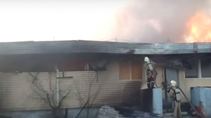 Тушили шесть часов: на Дону сгорел мебельный магазин