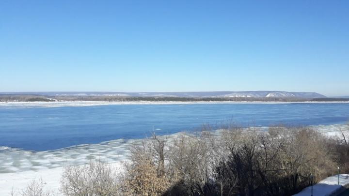 «Он трещит!»: на Волге у берегов Самары начался ледоход