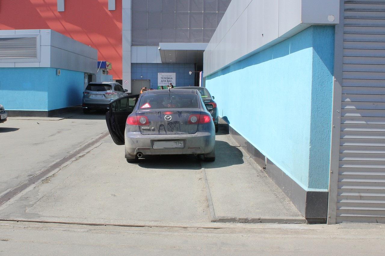 А вот спорный участок: вроде бы тротуар, но низенький и короткий