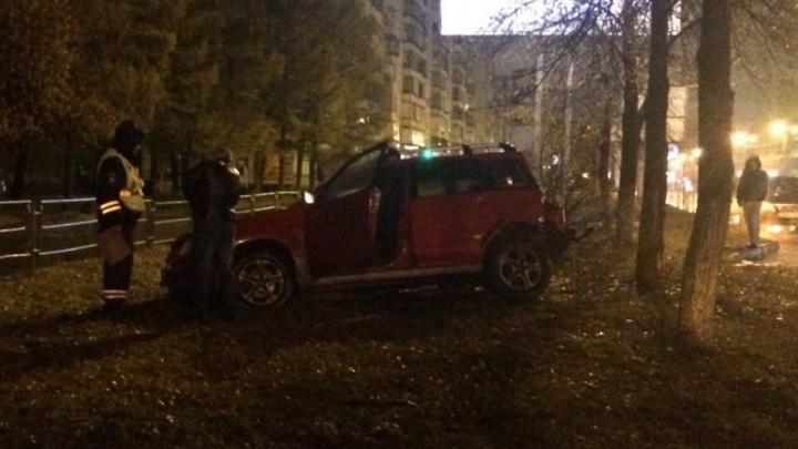 В ночной аварии на северо-западе Челябинска внедорожник выбросило на обочину