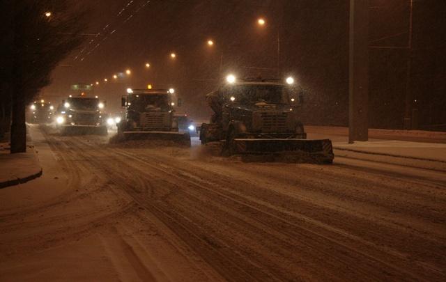 Залитые ледяным дождем дороги Волгограда экстренно спасают от обледенения
