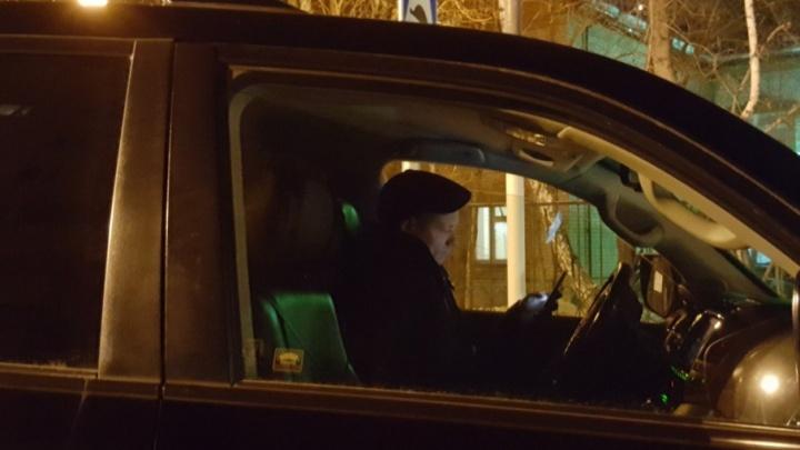 Остановился на «зебре» у детсада и перегородил проход: тюменцы пожаловались на водителя служебного внедорожника