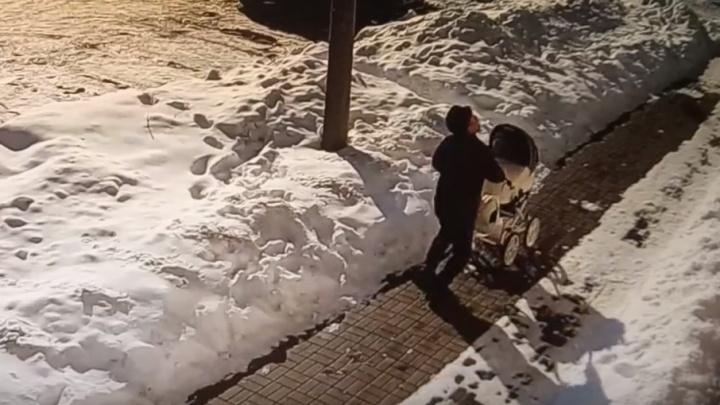 За секунду до: дедушка едва спас коляску от кучи снега, падающей с крыши
