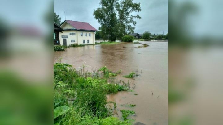 После проливных дождей в Прикамье затопило крупный поселок
