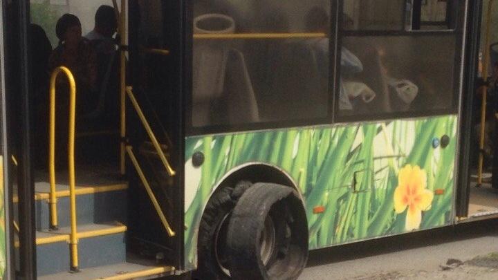 У автобуса № 77 в Волгограде взорвалось колесо
