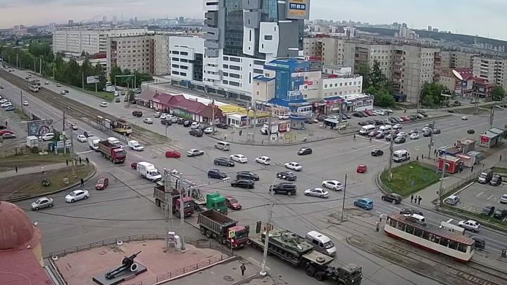 Грузовик с БМП-3 попал в аварию на перекрёстке в Челябинске