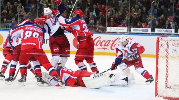 Двух хоккеистов «Локомотива» наказали рублем за опасную игру