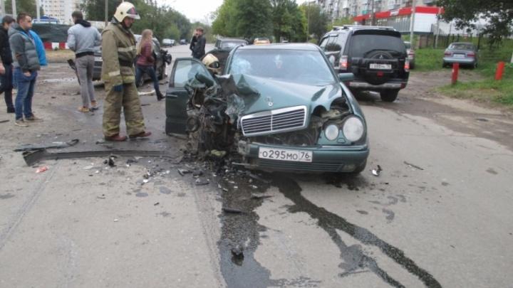 Спорное ДТП в Ярославле: пассажиры выскочили из задымившегося «Мерседеса»