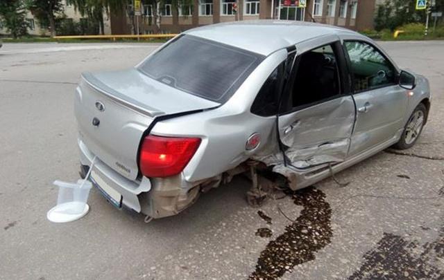 В Жигулёвске «Гранта» лишилась колеса в ДТП с «двенадцатой», пострадали две пассажирки