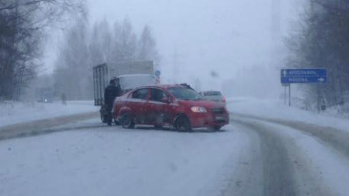 ДТП под Ярославлем: на скользкой дороге иномарка врезалась в «Газель»