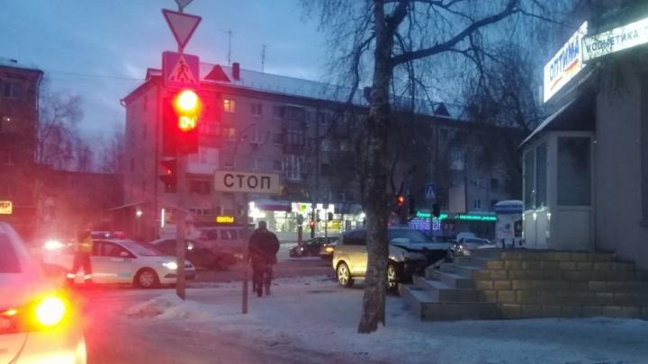 Иномарка вылетела на крыльцо магазина после ДТП на Мельникайте — Котовского
