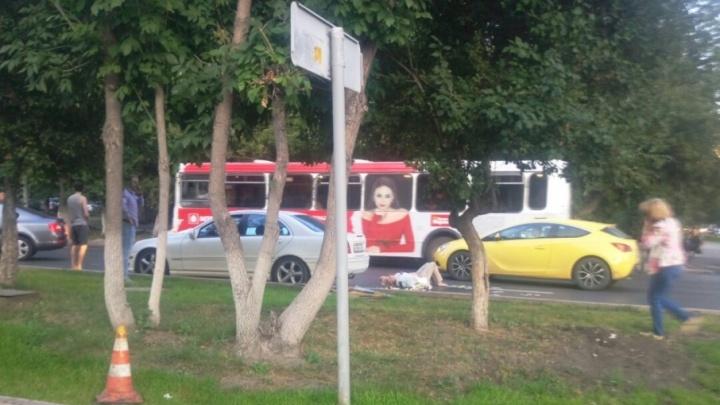 Тюменку, которую сбил Mercedes, увезли в больницу с переломом ноги