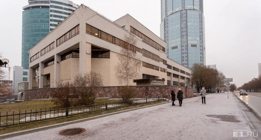 Это первое здание, которое появилось на современной Ельцина.