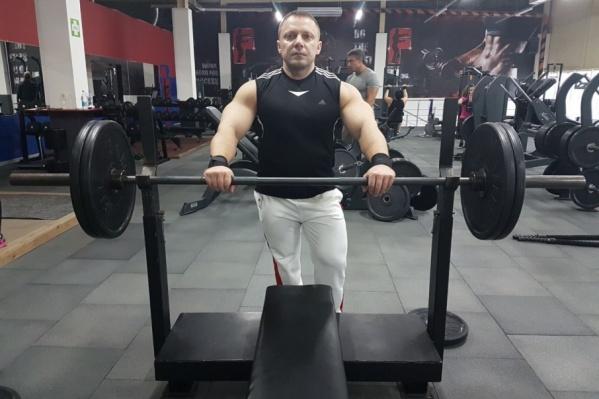 Олег Перепеченов поднял штангу весом 275 кг в категории до 100 кг