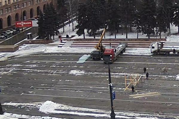 На площадь Революции начали завозить первые ледовые блоки
