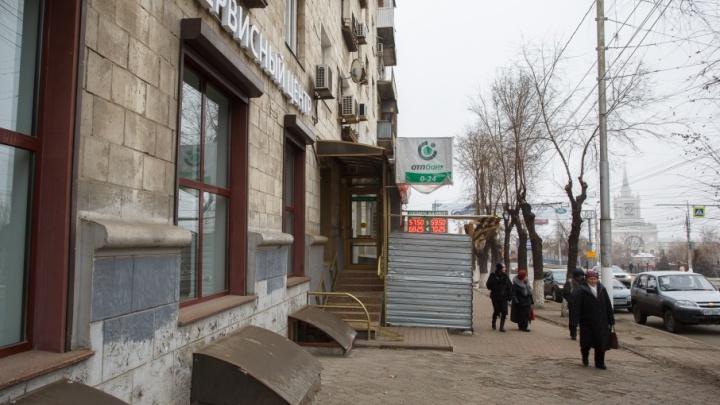 На расползающемся доме в центре Волгограда начали вязать железные ленты