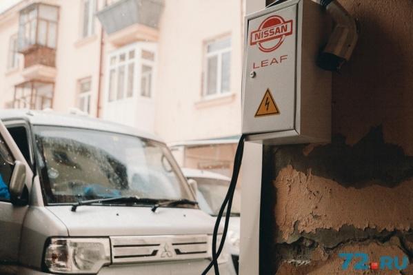 На улицу владелец электрокаров вывел две розетки. Одна — для легковушки, вторая — для минивэна