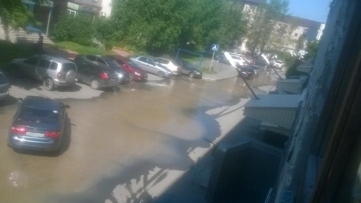 Ручьи на улицах, коммунальные ЧП и отключения воды: последствия сбоя на Метелевской станции