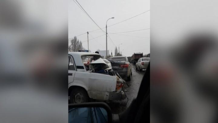 «Багажник сложился пополам»: в Зубчаниновке Vesta протаранила «Жигули»