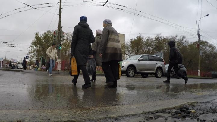 Волгоградцы радуются осени, дождю и превратившемуся в грязь первому снегу