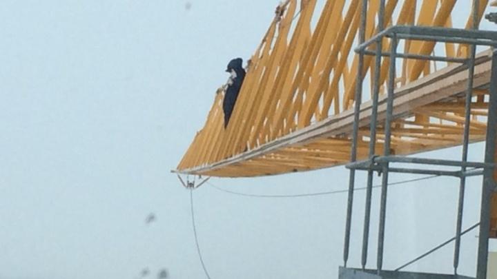 В Тюмени мужчина отказывался спускаться с башенного крана, требуя миллионный долг по зарплате