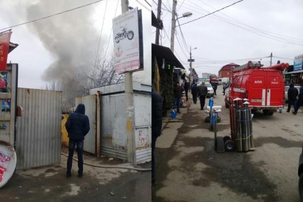 Чтобы потушить пожар, сотрудникам МЧС пришлось добираться до места возгорания через Центральный рынок