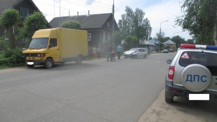 В Ярославской области «Мерседес» в лобовую пошёл на ВАЗ: в больницу попал ребёнок
