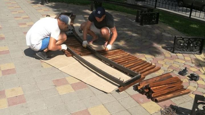 В центре Ростова обновят деревянные лавочки