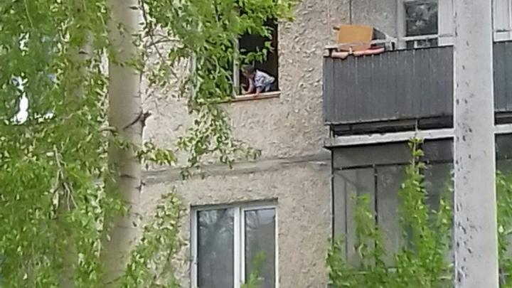 Челябинцев обеспокоил ребенок, играющий на подоконнике открытого окна многоэтажки