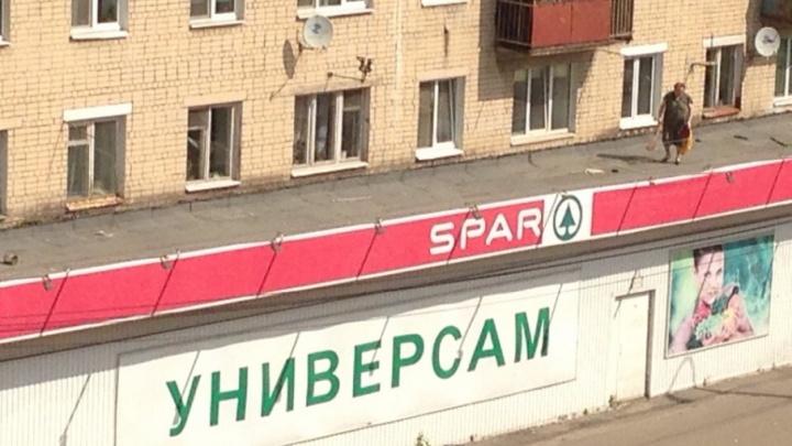 Бабушка в Ярославле залезла на крышу супермаркета в своём доме, чтобы подмести