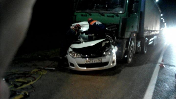 На окружной дороге в Ярославле легковушка влетела под две фуры