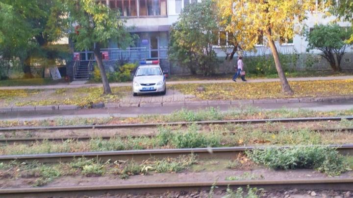 Автохамы в городе: машина ДПС на тротуаре и наглый «Крузак» на встречке