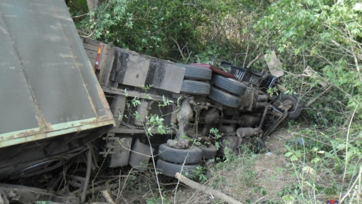 КАМАЗ с лишенным прав водителем опрокинулся в Волгоградской области