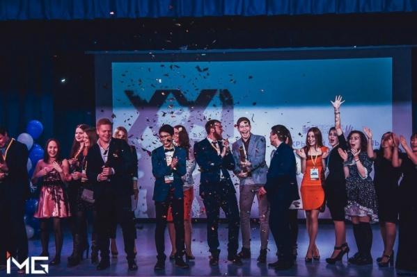 Церемония награждения победителей фестиваля в 2016 году проходила вот так, шумно и весело. 345 участников,500 зрителей и один главный приз – 60 тысяч рублей