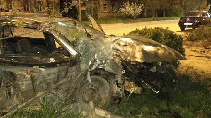 Летела на большой скорости: на Дону женщина разбилась насмерть, врезавшись на машине в дерево
