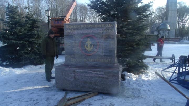 В Саду Победы установили памятник морским пехотинцам