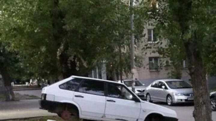 На Коммунистическом оставили без колес «девятку»