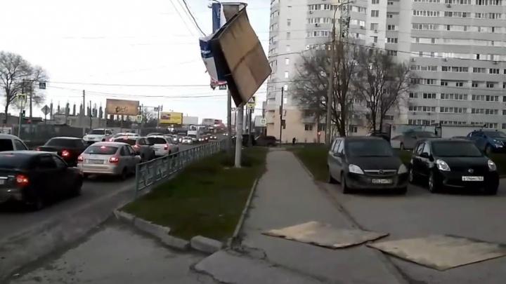 «Часть болтается над пешеходами»: в Самаре шквалистый ветер разломал рекламный щит