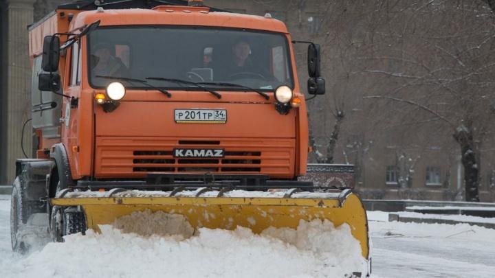 Уборщики снега в Волгограде попались на езде на красный свет