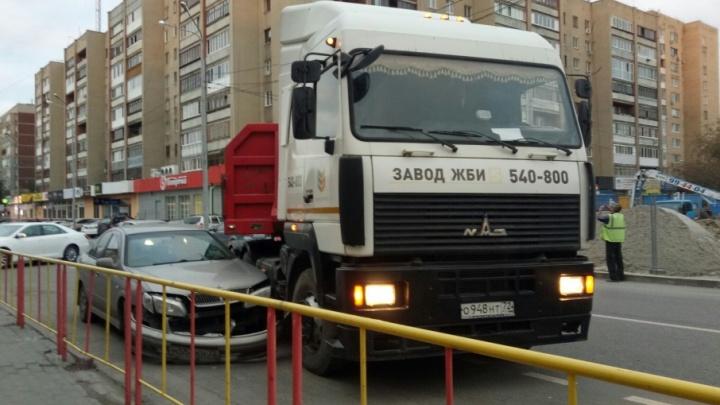 На Максима Горького грузовик перегородил улицу, попав в ДТП с иномаркой