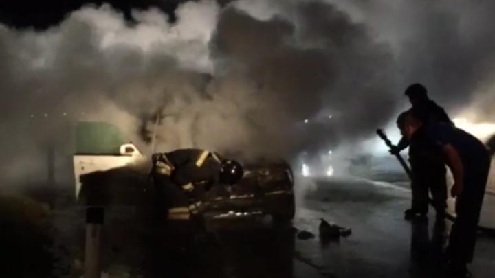 Около озера под Челябинском на ходу загорелась иномарка