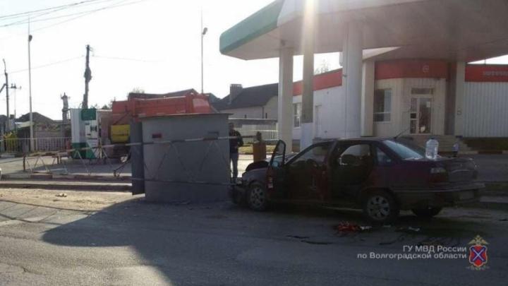В Волгограде автомобиль во время буксировки врезался в ограду автозаправки