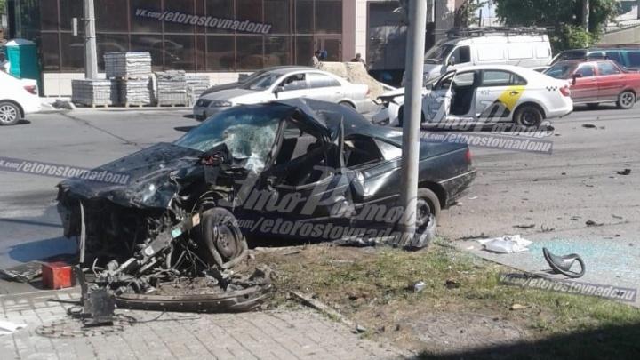 В Ростове машина такси столкнулась с легковушкой: есть пострадавшие