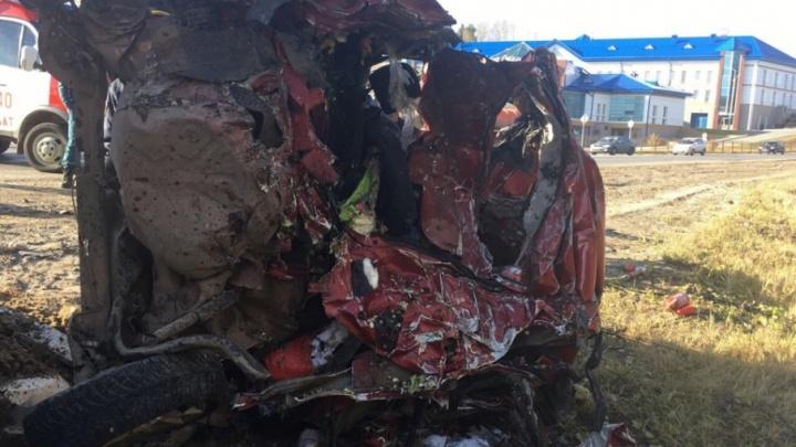 В Тюменской области столкнулись легковушка и большегрузы: погибли два человека