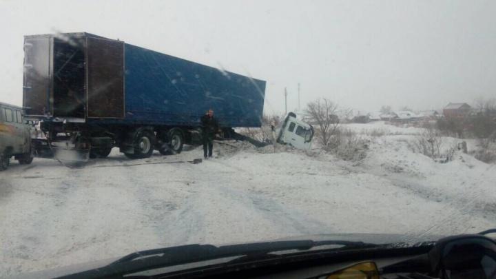 В плену снегопада: в Самарской области грузовик угодил в кювет