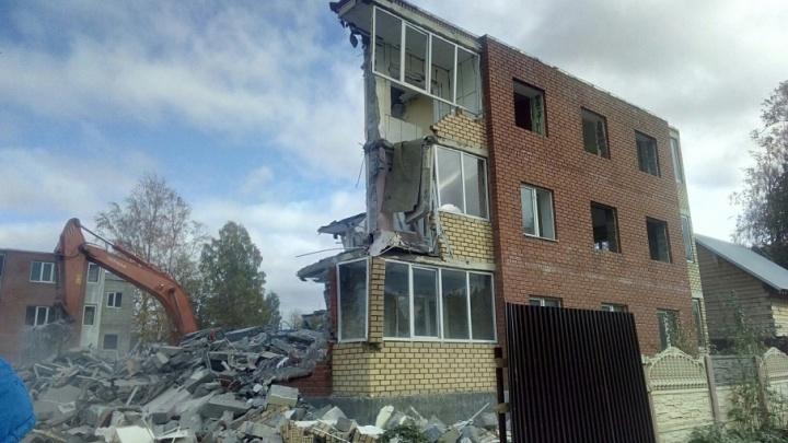 В Голованово экскаваторами сносят трехэтажный дом, признанный незаконным после заселения
