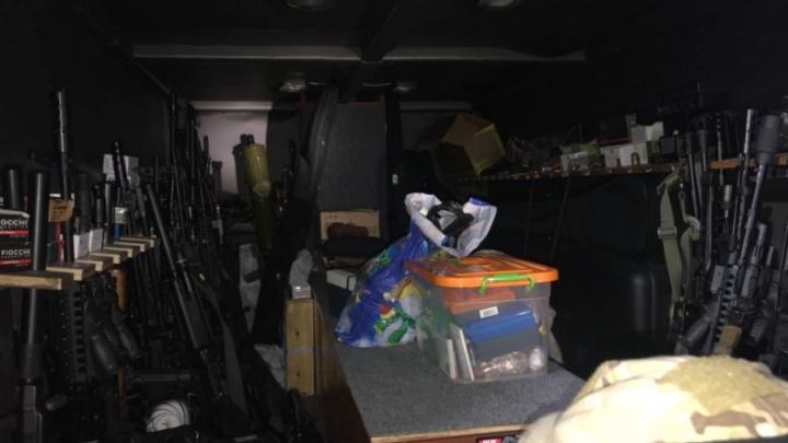 Под Самарой сотрудники ФСБ накрыли склад оружия